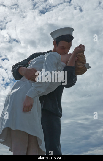 'Nurse' kissed by sailor in iconic World War II picture dies