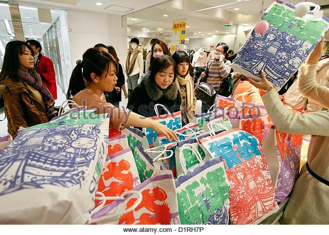 epa03521417-shoppers-examine-new-year-fu