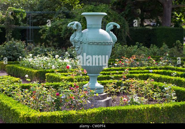 decorative garden urns stock photos decorative garden urns stock images alamy. Black Bedroom Furniture Sets. Home Design Ideas