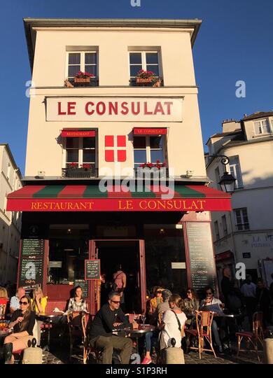 Le consulat restaurant in montmartre stock photos le for Restaurant le miroir montmartre