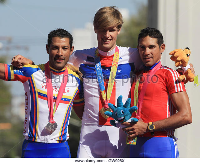 National Championships 2011   - Page 4 Cyclists-marc-de-maar-c-of-netherlands-antilles-poses-at-the-podium-gw926x