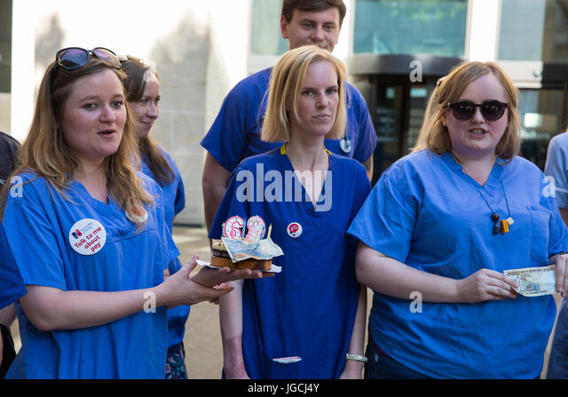 London, UK. 5th July, 2017. Nurse Danielle Tiplady prepares to attempt to deliver a birthday cake marking the 69th - Stock Image