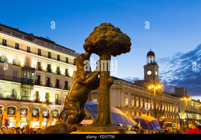 Bear statue travel stock photos bear statue travel stock for Puerta del sol madrid spain