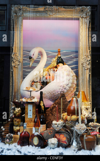 Hamper fortnum stock photos hamper fortnum stock images - Fortnum and mason christmas decorations ...