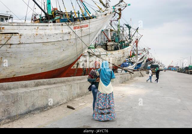 Indonesian girls at the Sunda Kelapa Harbour visiting the pinisi, Jakarta, Indonesia - Stock Image