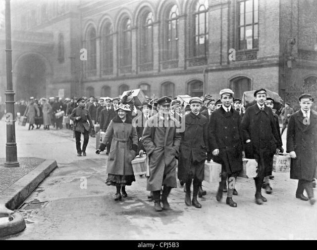 https://l7.alamy.com/zooms/c0be4e5d8614410d96cde85c3f3449ba/breslau-school-children-volunteer-for-border-protection-1919-cpj5b3.jpg