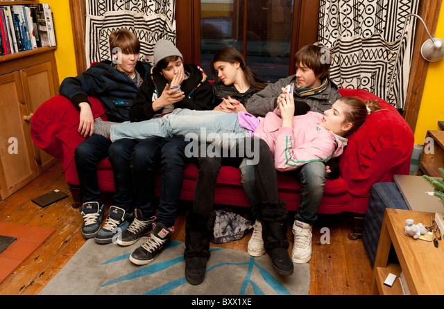 Teens texting mobile phones stock photos teens texting for Sofa kuscheln