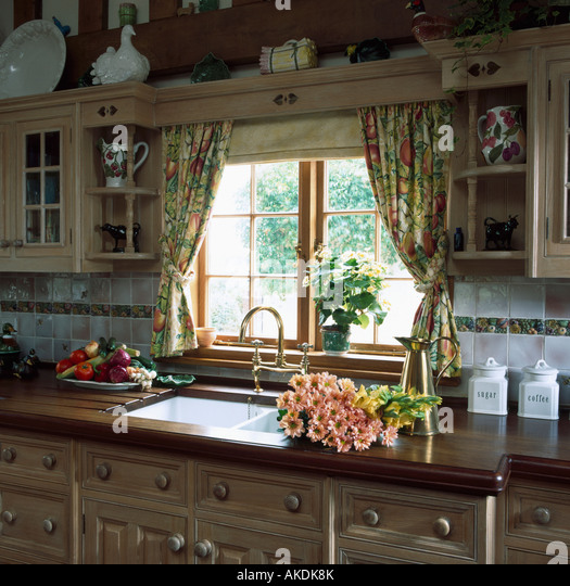 Wood Valance Over Kitchen Sink: Sink Units Stock Photos & Sink Units Stock Images