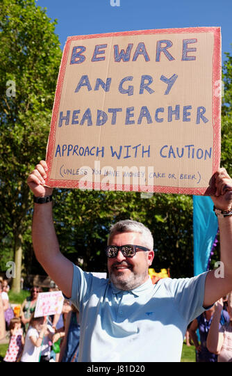 Brighton, UK. 26th May, 2017. Damien Jordan the head teacher of Fairlight School joins parents from Brighton and - Stock Image