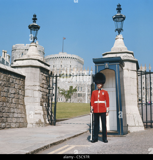 windsor-castle-guard-at-sentry-box-at-entrance-gate-berkshire-england-c5c97r.jpg
