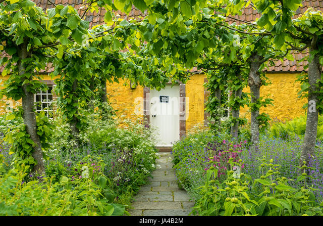 Open front door uk stock photos open front door uk stock for Garden design east lothian