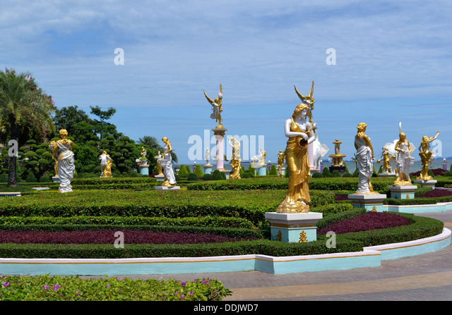 Golden Statues In Garden Of Sukhawadee Mansion   Colourful Building Pattaya    Stock Image