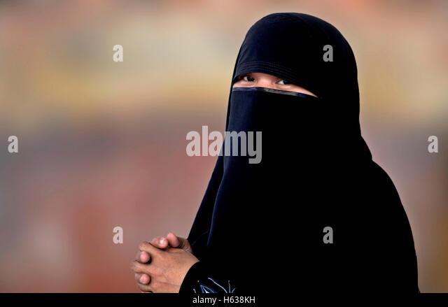 Old muslim women against exhibitionism 2