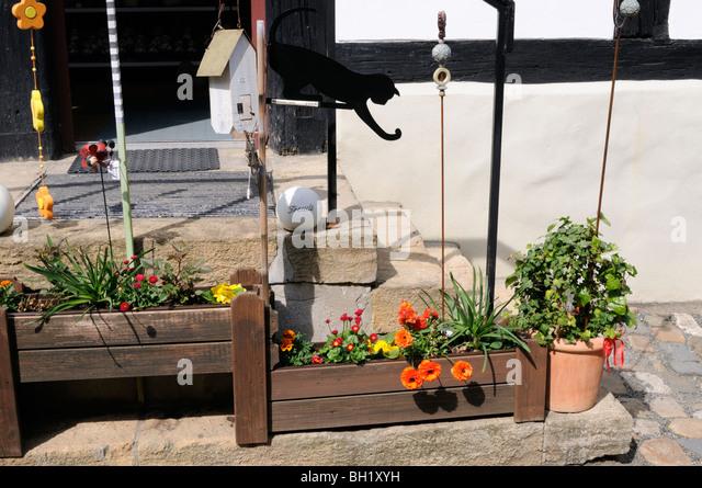 Warenpräsentation Außerhalb Eines Geschäftes Für Gartendekoration.    Presentation Of Goods Outside   Stock Image