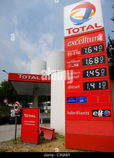 petrol prices france stock photos petrol prices france stock images alamy. Black Bedroom Furniture Sets. Home Design Ideas