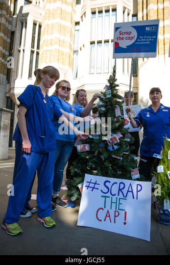 London, UK. 5th July, 2017. Nurses attend a 'Scrap the Cap' protest against ongoing cuts to the National - Stock Image