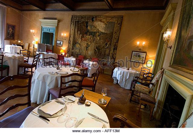 La mirande avignon la mirande hotel the hotel garden and terraces un tlviseur miroir dans un - Restaurant la mirande avignon ...