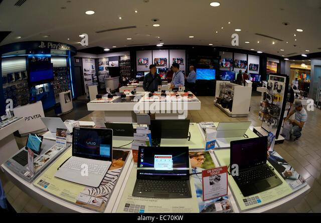 fisheye-image-of-shoppers-in-the-sony-st