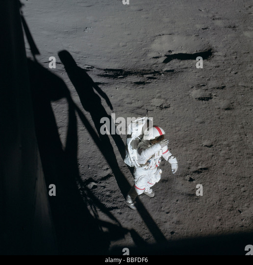 alan b. shepard astronaut on the surface of the moon nasa 1971 - photo #16