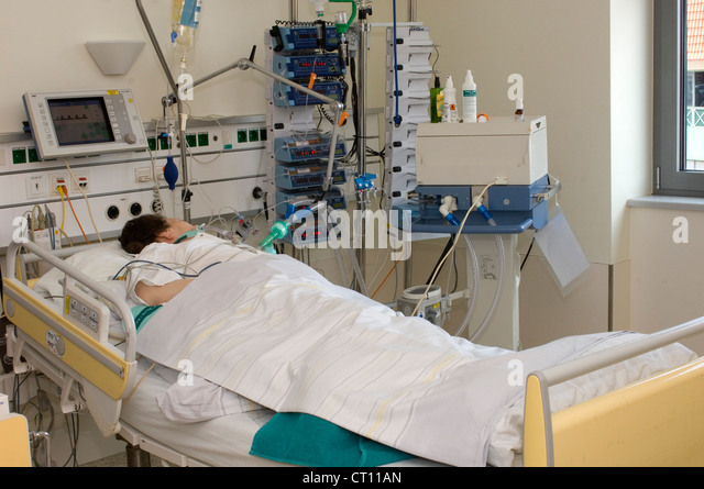 Icu Female Patient : ... lfie support system in a hospital intensive care unit. - Stock Image