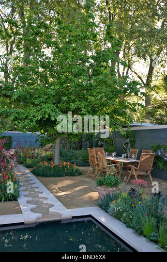 Modern garden water feature stock photos modern garden for Garden pool pdf