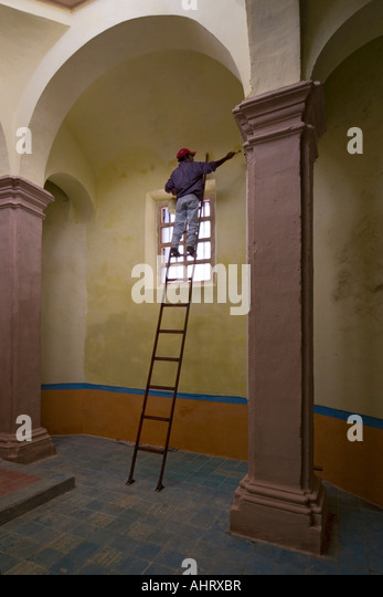 Equilibre stock photos equilibre stock images alamy for Peintre en batiment