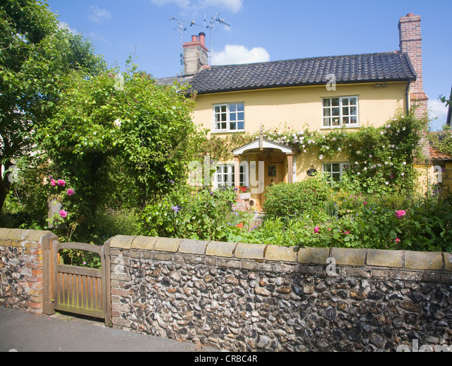 Roses garden cottage england stock photos roses garden for Rose cottage