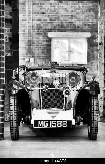 Classic car garage black and white stock photos images for Garage versailles 44