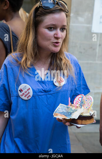 London, UK. 5th July, 2017. Nurse Danielle Tiplady holds a birthday cake marking the 69th birthday of the NHS which - Stock Image