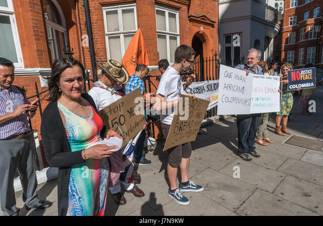 London, UK. 25th May 2017. The Colombian Solidarity Campaign protested opposite the Colombian Embassy, delivering - Stock Image