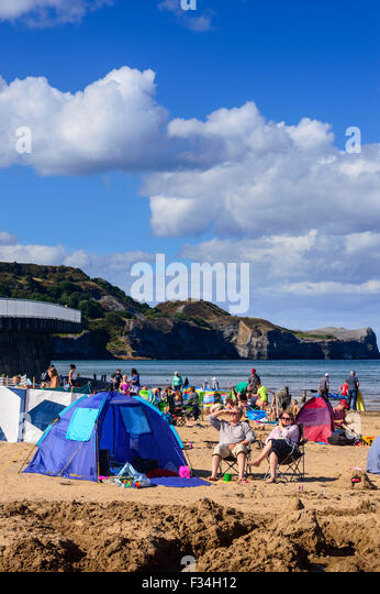Two people with their tent on the busy Sandsend beach on a summer day. - & Britain Beach Tent Stock Photos u0026 Britain Beach Tent Stock Images ...