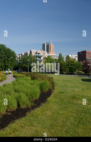 GARDENS WATERFRONT PARK DOWNTOWN SKYLINE PORTLAND OREGON USA   Stock Image
