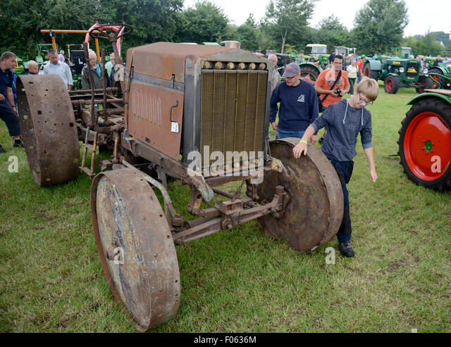 Deutz ? Nordhorn-germany-8th-aug-2015-visitors-admire-a-deutz-tractor-from-f0636m