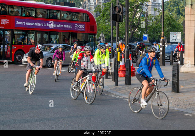 uk-england-london-cyclists-in-morning-ru