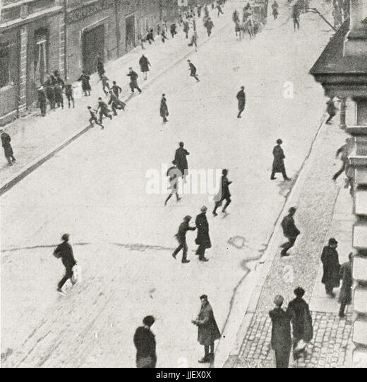 Civil war in Berlin, people running for cover, 1919 - Stock Image
