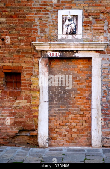 Bricked up doorway in Venice with carving above. - Stock Image & Bricked Up Door Stock Photos \u0026 Bricked Up Door Stock Images - Alamy Pezcame.Com