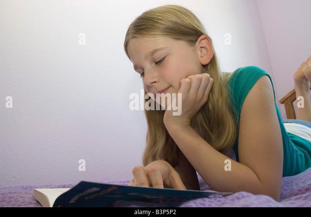 Preteen Mädchen liegend auf Bauch mit Laptop-computer
