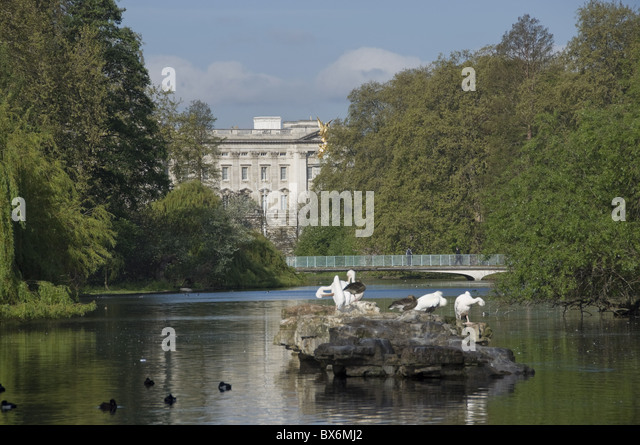 Wighton United Kingdom  city photos : The Victoria Monument and Buckingham Palace, seen from across pond in ...