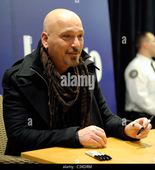howie mandel deal or no deal host promotes his new book heres the