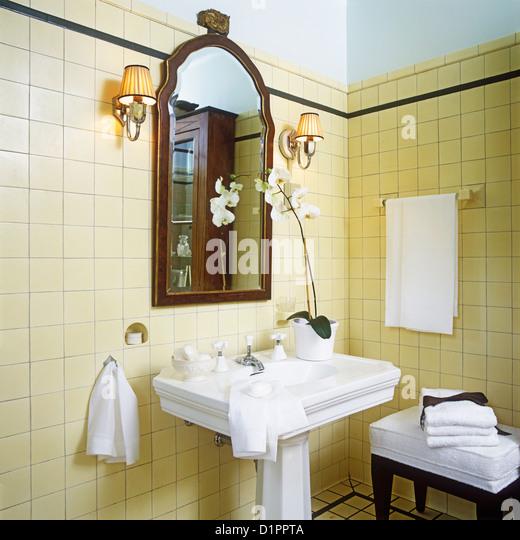 Pedestal sink stock photos pedestal sink stock images for Bathroom 1920s style
