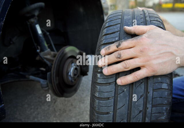 how to change a tire by hand