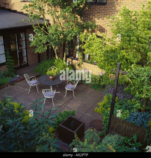 Birds eye view table chairs stock photos birds eye view for Small townhouse gardens