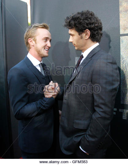 ¿Cuánto mide Tom Felton? - Altura - Real height Cast-members-james-franco-r-and-tom-felton-greet-each-other-at-the-gfm583
