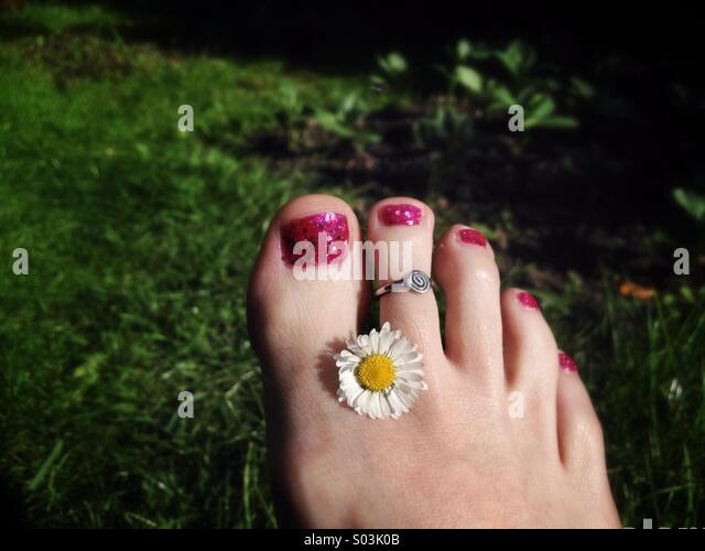 pretty-foot-with-daisy-s03k0b.jpg