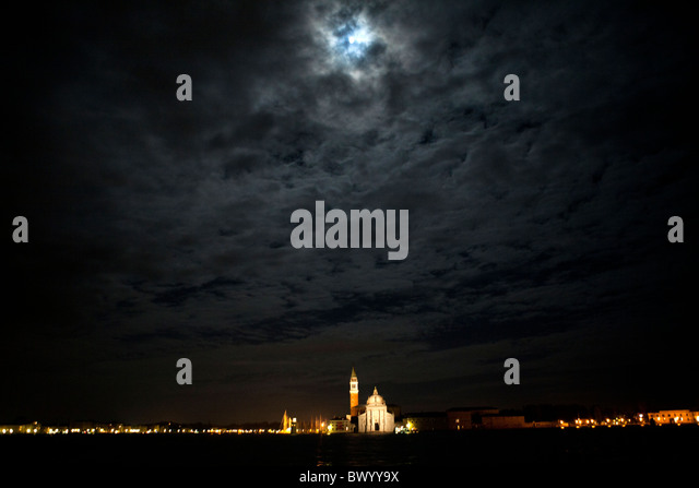 Glow Of The Streetlights Stock Photos & Glow Of The Streetlights Stock Images - Alamy
