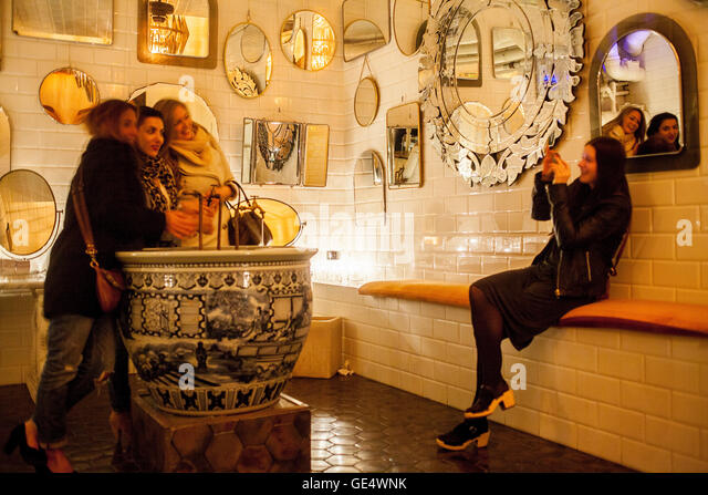 La toilette stock photos la toilette stock images alamy for Grande commode