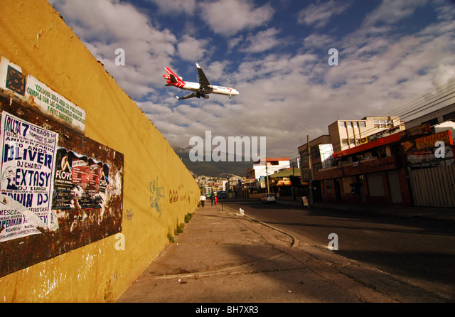[Image: ecuador-quito-red-and-white-plane-flying...bh7xr3.jpg]