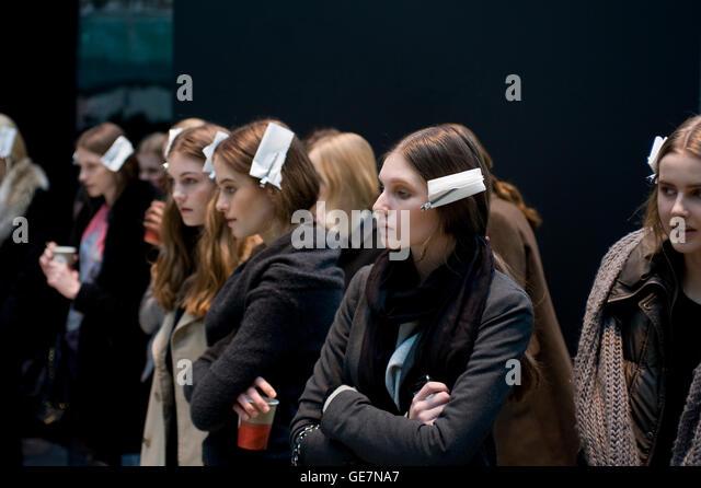 Models Backstage Stock Photos & Models Backstage Stock ...