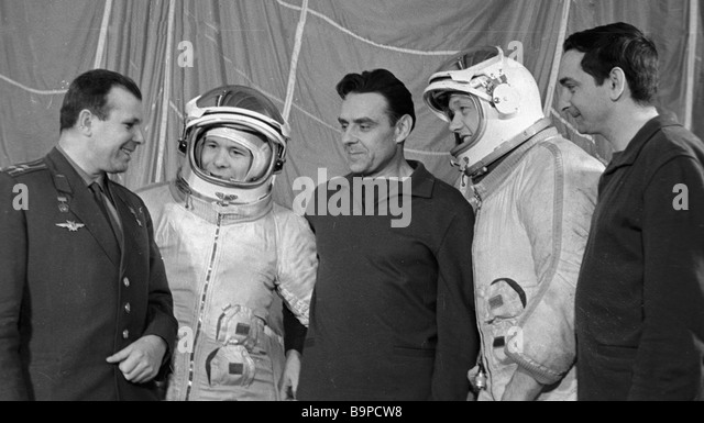 yuri gagarin and vladimir komarov - photo #17