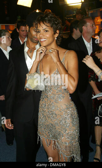 halle berry die another day stock photos amp halle berry die